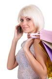La ragazza parla con gli acquisti dal telefono fotografia stock libera da diritti