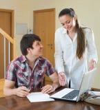 La ragazza parla con l'uomo mentre lo intervista a casa Fotografia Stock Libera da Diritti