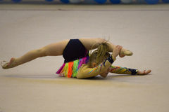 La ragazza partecipa alla concorrenza della ginnastica Fotografia Stock