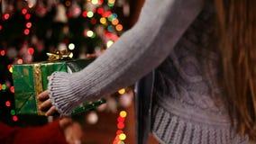 La ragazza passa dare un regalo di Natale alla sua mamma - primo piano archivi video