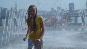 La ragazza passa la fontana stock footage