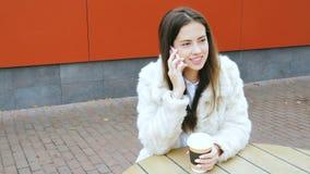 La ragazza passa il tempo libero in un caffè video d archivio