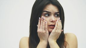 La ragazza pazza spaventata ha ottenuto molto sforzo che sfrega le sue dita nella sua bocca Isolato su una priorità bassa bianca video d archivio