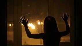 La ragazza pesa contro la finestra video d archivio