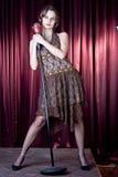 La ragazza piacevole canta Fotografia Stock