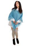 La ragazza piacevole in poncio blu propone per la macchina fotografica Fotografie Stock