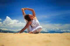 la ragazza in pizzo in asana di yoga ha allungato la gamba dietro indietro sulla spiaggia Fotografia Stock Libera da Diritti