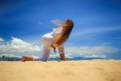 la ragazza in pizzo in asana di yoga ha girato l'angolo laterale con la serratura della mano Fotografia Stock