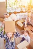 La ragazza porta la scatola commovente quando si muove fotografie stock
