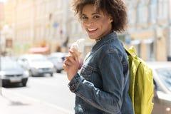 La ragazza positiva del mulatto sta spendendo il tempo in città con piacere Fotografia Stock