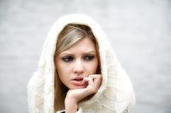 La ragazza premurosa in vestito lavorato a maglia Immagini Stock Libere da Diritti