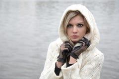 La ragazza premurosa in vestito lavorato a maglia Fotografia Stock