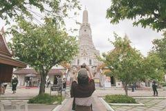 La ragazza prende la foto sul tempio per pregare per buddismo fotografia stock