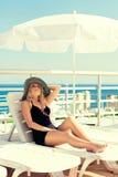 La ragazza prende il sole sull'yacht fotografie stock libere da diritti