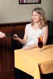 La ragazza prende il suo menu della mano nel caffè Immagine Stock Libera da Diritti