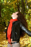 La ragazza prende le mani con le foglie gialle Fotografia Stock