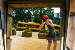 La ragazza prende un'immagine in un Mirrow a Belgrado Serbia Fotografia Stock Libera da Diritti
