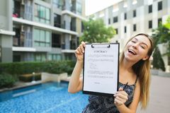 La ragazza propone di firmare il contratto per vivere in paesi caldi b Immagini Stock Libere da Diritti