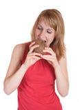 La ragazza prova la crepa una noce di cocco Fotografie Stock Libere da Diritti