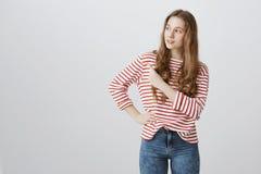 La ragazza prova a ricordarsi dove ha messo lo zaino Colpo dell'interno dell'adolescente biondo attraente curioso che guarda e ch Fotografie Stock
