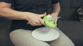 La ragazza pulisce Apple verde stock footage