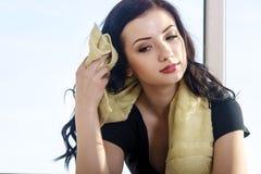 La ragazza pulisce l'asciugamano del sudore fotografie stock libere da diritti
