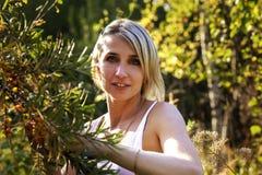La ragazza raccoglie l'olivello spinoso nel giardino immagini stock libere da diritti