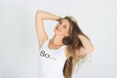 La ragazza raddrizza civettuolo i capelli Fotografia Stock