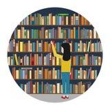 La ragazza raggiunge per il libro nei precedenti del bookshelv Fotografia Stock Libera da Diritti