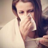 La ragazza rauca soffia il suo naso Fotografie Stock