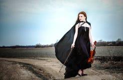 La ragazza red-haired con un violino Immagini Stock
