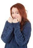 La ragazza Red-haired sta provando a mantenere caldo Immagini Stock Libere da Diritti
