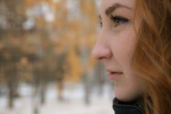 La ragazza redheaded esamina la distanza Fotografie Stock Libere da Diritti