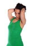 la ragazza Riccio-intestata nel verde tocca i capelli Fotografia Stock Libera da Diritti