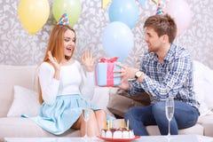 La ragazza riceve il presente per il suo compleanno Fotografia Stock