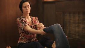 La ragazza riceve un massaggio del piede nello stile tailandese tradizionale Trattamento tailandese di massaggio di yoga archivi video