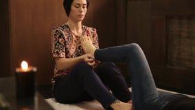 La ragazza riceve un massaggio del piede nello stile tailandese tradizionale Trattamento tailandese di massaggio di yoga stock footage