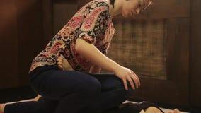 La ragazza riceve un massaggio del piede nello stile tailandese tradizionale Trattamento tailandese di massaggio di yoga video d archivio