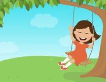 La ragazza ride e guida su un'oscillazione della corda Immagini Stock Libere da Diritti