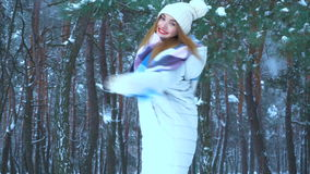 La ragazza ride e si gira nella foresta nevosa dell'inverno video d archivio