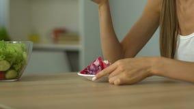 La ragazza rifiuta di mangiare l'insalata, scelte agglutina, mancanza di autocontrollo, la tentazione, primo piano archivi video