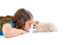 La ragazza rilassata del bambino e la chihuahua del cucciolo inseguono la menzogne Immagini Stock Libere da Diritti