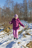 La ragazza salta in foresta Immagini Stock