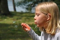 La ragazza salta la bolla all'aperto Fotografie Stock Libere da Diritti