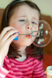 La ragazza salta le bolle Fotografie Stock Libere da Diritti