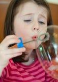 La ragazza salta le bolle Immagine Stock