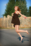 La ragazza salta sulla strada Fotografia Stock Libera da Diritti