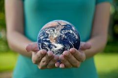 La ragazza salvo l'ambiente della terra ricicla Fotografie Stock Libere da Diritti