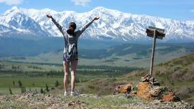 La ragazza scala la collina ed ammirare la vista di apertura delle montagne video d archivio