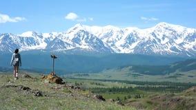 La ragazza scala la collina ed ammirare la vista di apertura delle montagne archivi video